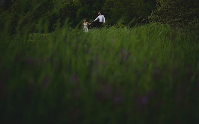 φωτογράφιση σε λιβάδι μετά το γάμο