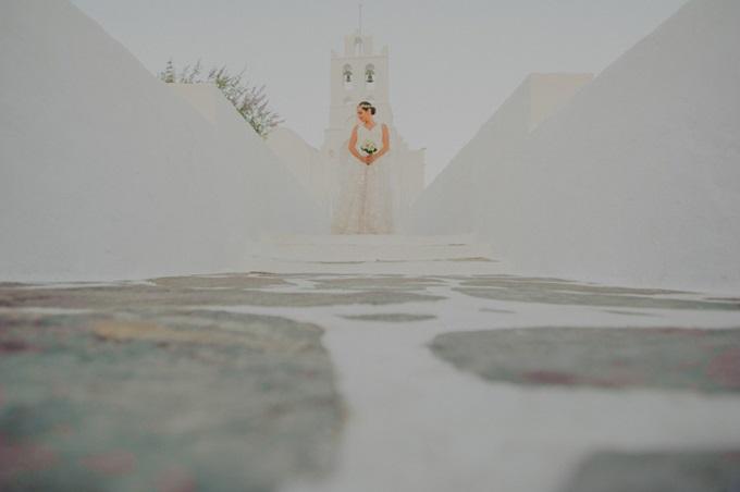 νύφη έξω από εκλησία στη Σίφνο