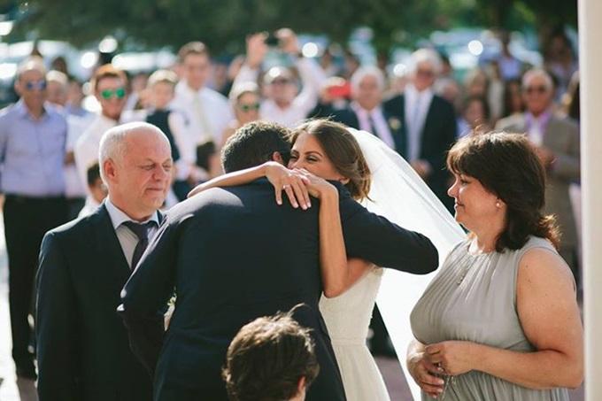 παράδοση της νύφης στο γαμπρό από τον πατέρα της νύφης