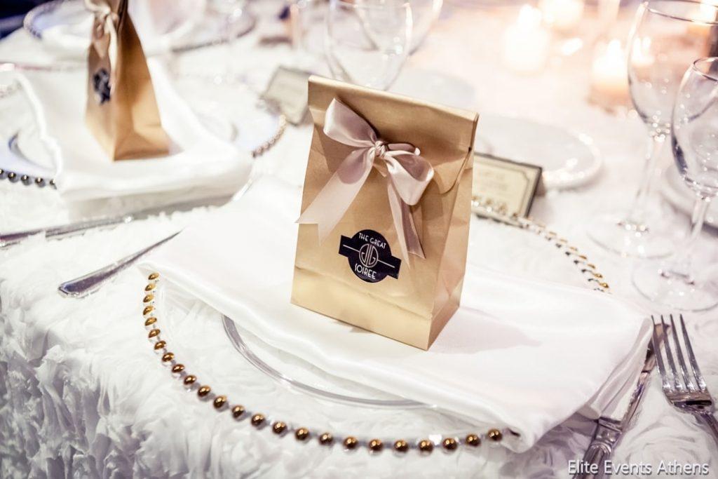 πιάτα και κρύσταλλα δεξίωσης γάμου
