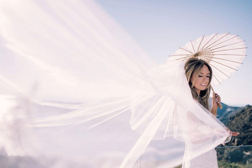 Νύφη με πέπλο σε φωτογράφιση στη Σαντορίνη
