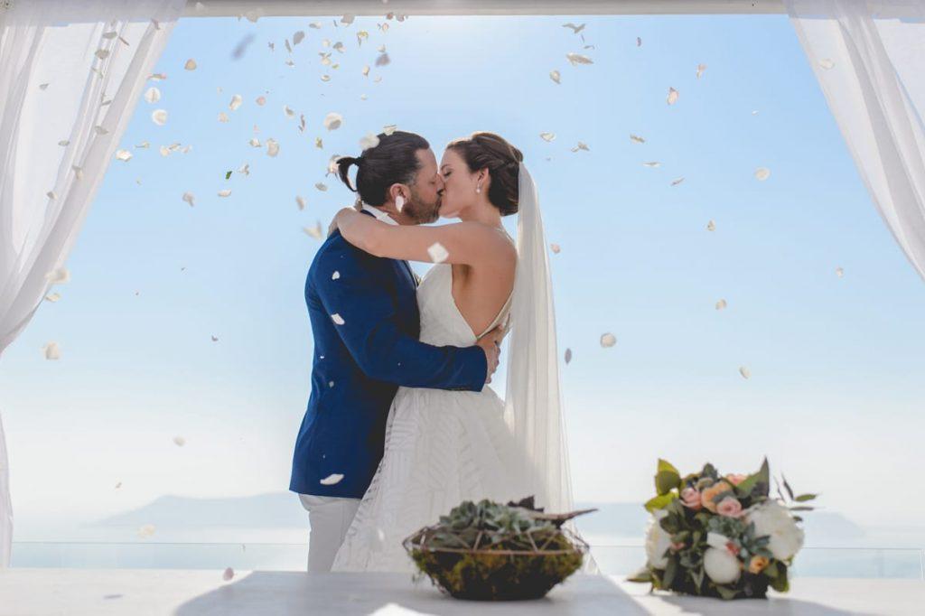 Νύφη και γαμπρός στο πρώτο φιλί