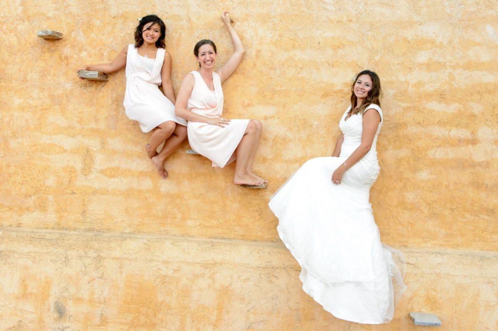 Φωτογράφιση νύφης με τις φίλες της