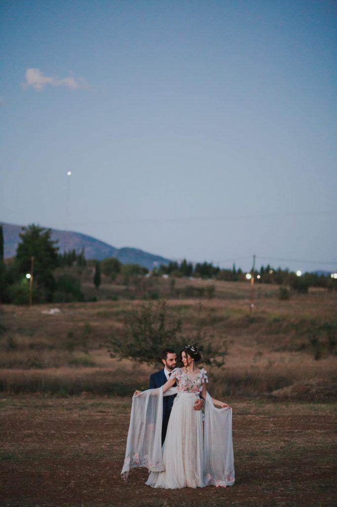 νύφη και γαμπρός σε γάμο σε βουνό