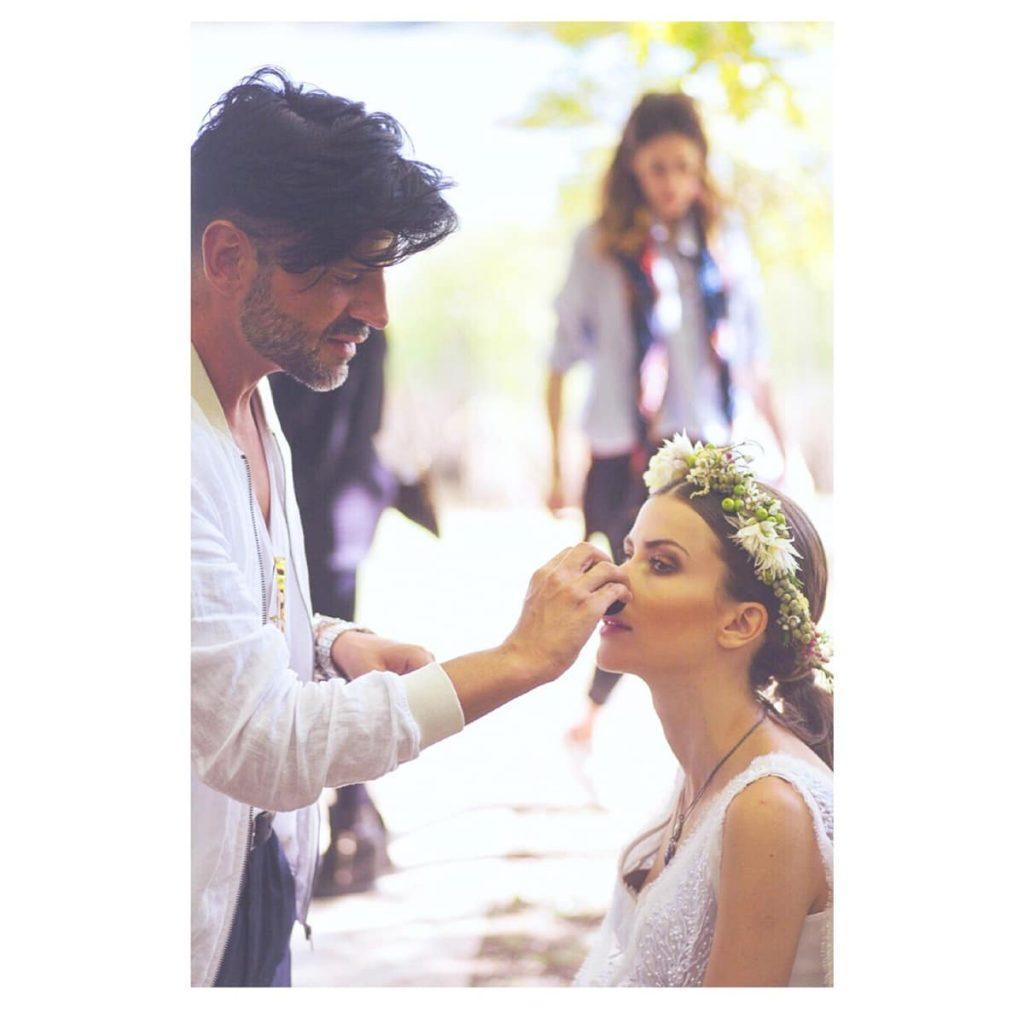 νύφη με στεφάνι από λουλούδια