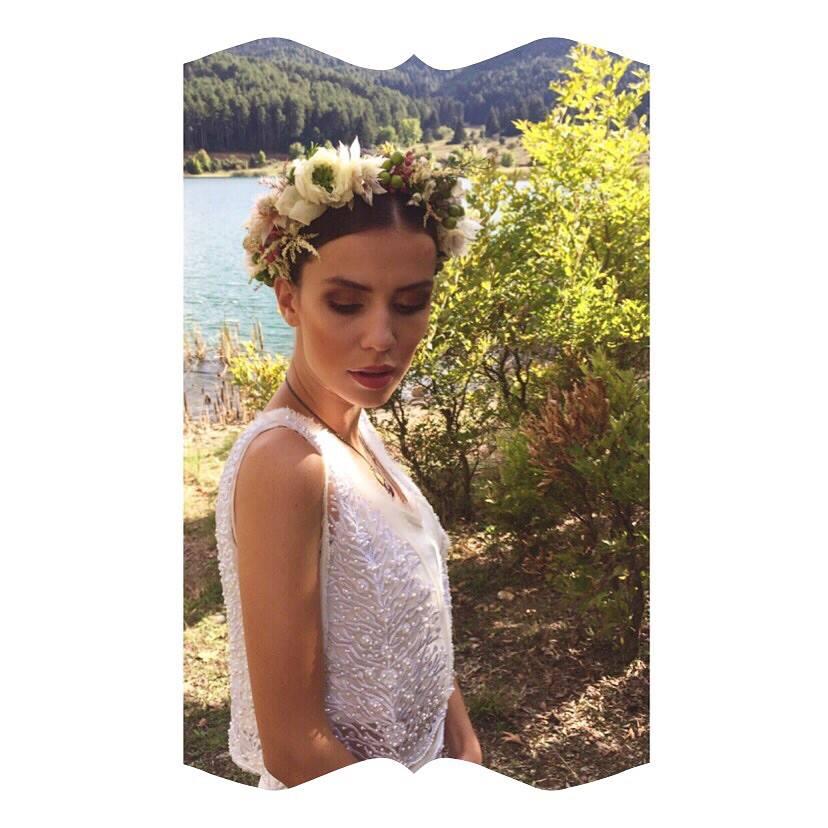 νύφη με φυσικό μακιγιάζ και στεφάνι από λουλούδια