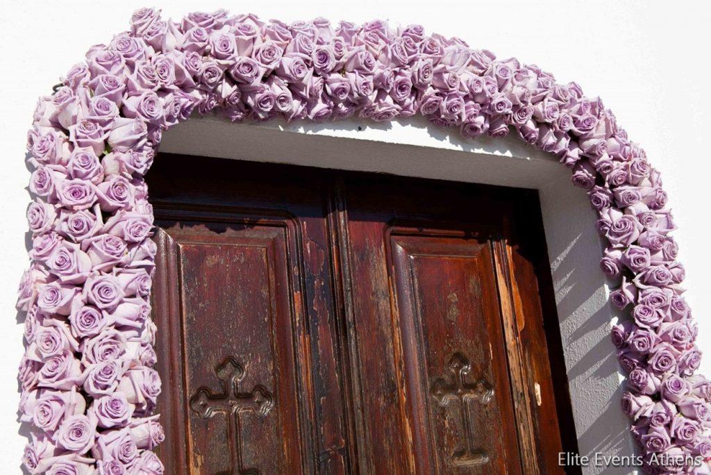 διακόσμηση εκκλησίας με γιρλάντα από λουλούδια