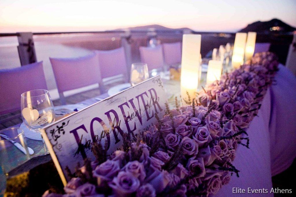 διακόσμηση νυφικού τραπεζιού με λεβάντα και τριαντάφυλλα