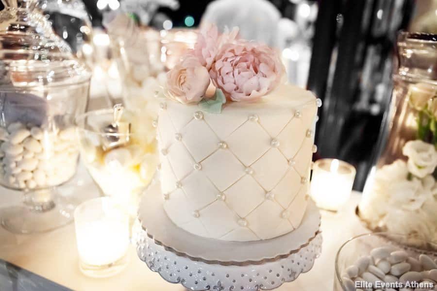 ρομαντική τούρτα γάμου με ροζ λουλούδια