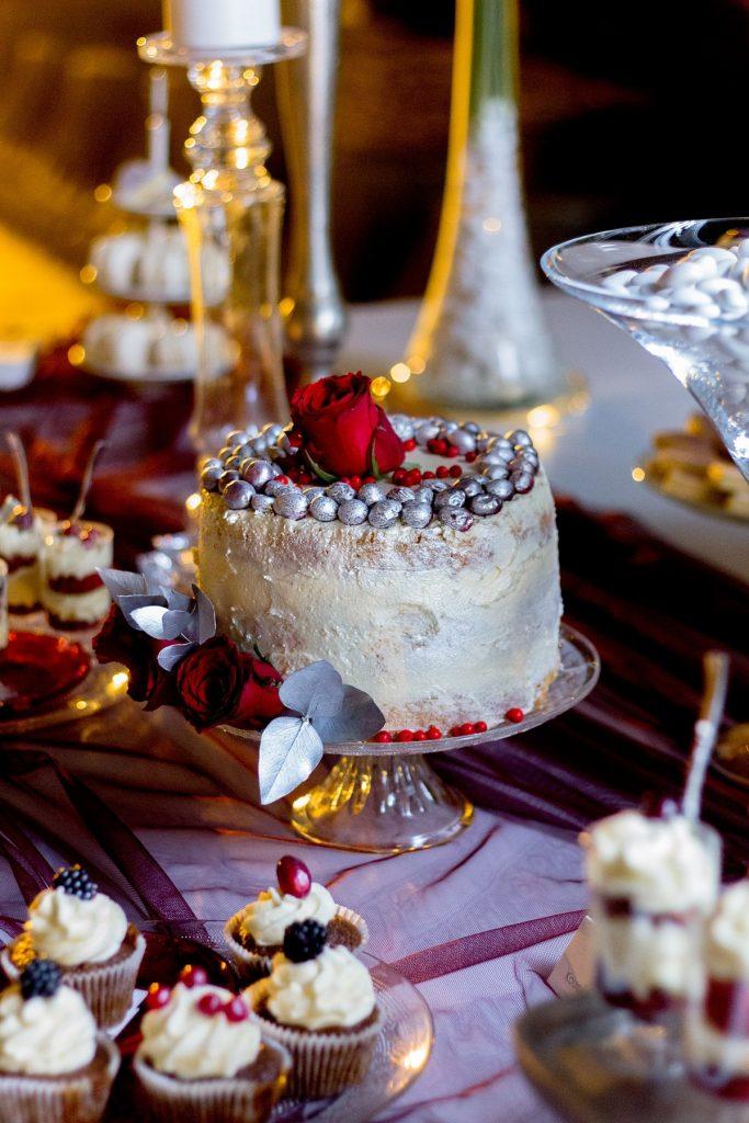 γαμήλια τούρτα με τριαντάφυλλα