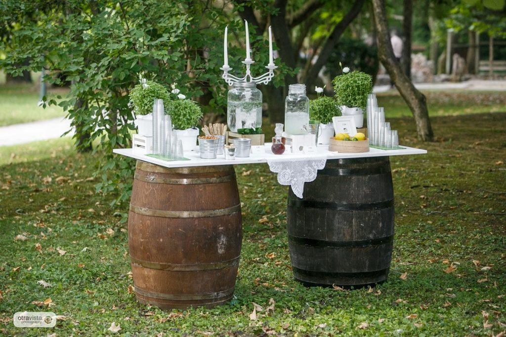 rustic τραπέζι ευχών με βαρέλια