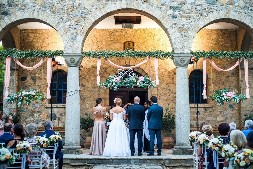 γαμπρός και νύφη στην εκκλησία