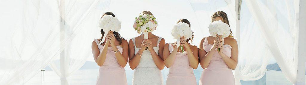 νύφη με νυφική ανθοδέσμη και bridesmaids