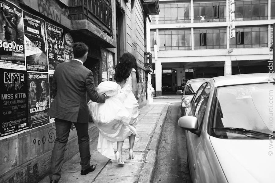 γαμπρός που κρατάει νυφικό νύφης