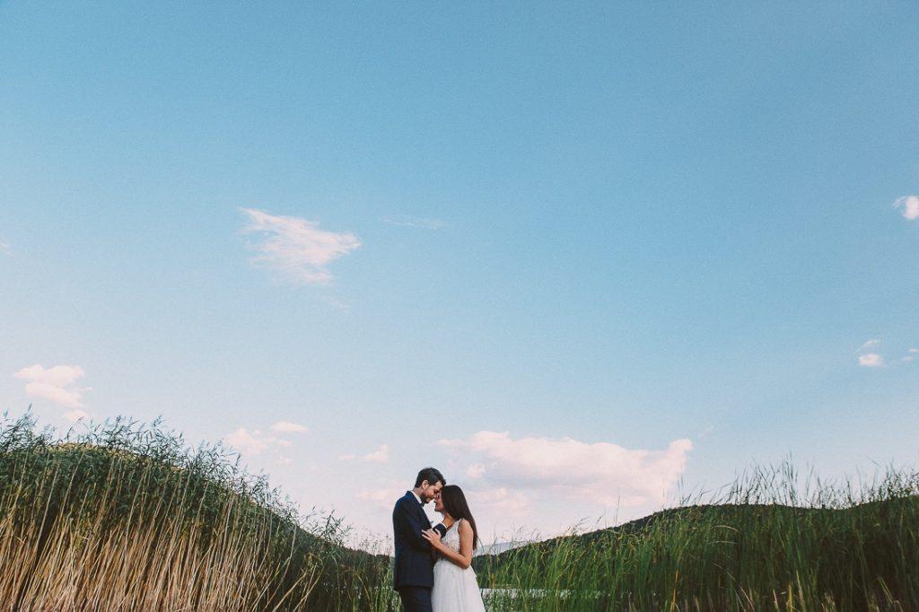 νύφη και γαμπρός στο πρώτο τους φιλί