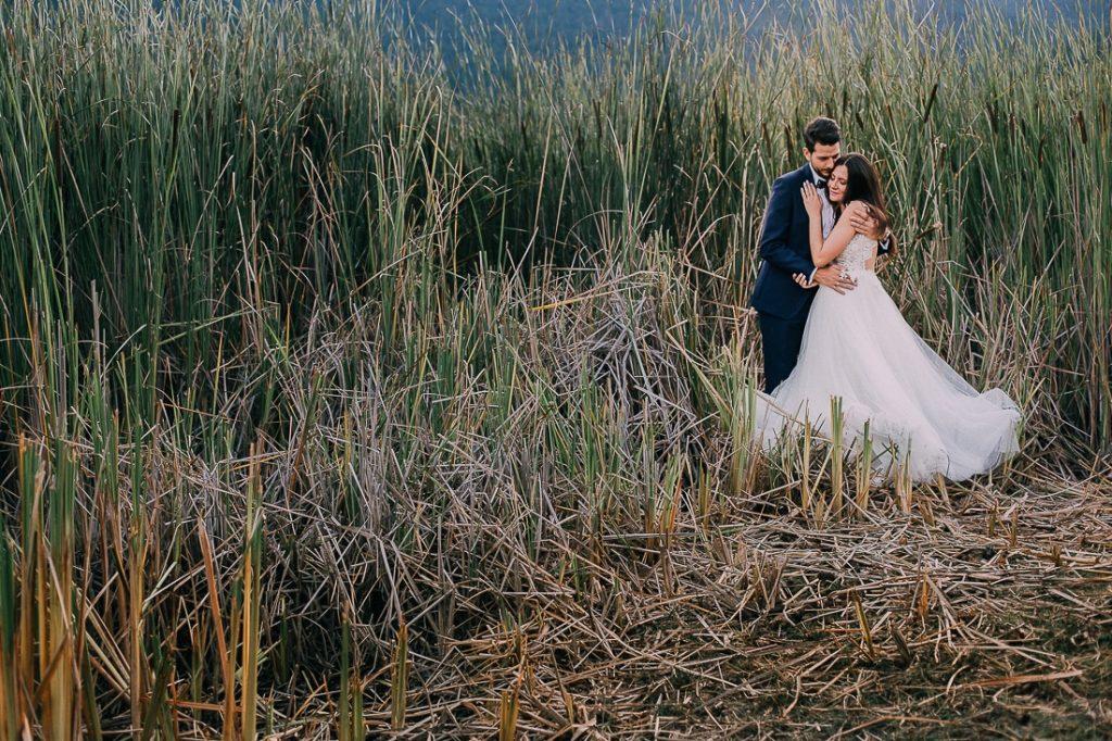 φωτογράφιση γάμου σε λιβάδι μετά το γάμο