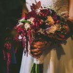 Νυφική ανθοδέσμη σε σκούρους κόκκινούς τόνους, με κάλες, τριαντάφυλλα και berries