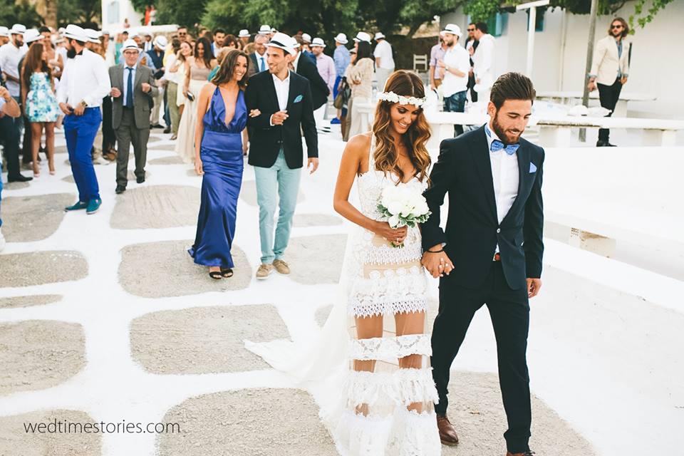 Νύφη και γαμπρός πάνε στην εκκλησία