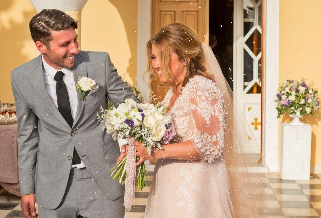 γαμπρός και νύφη έξω από την εκκλησία
