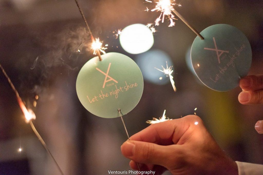 sparkles για την είσοδο του ζευγαριού στο χώρο δεξίωσης