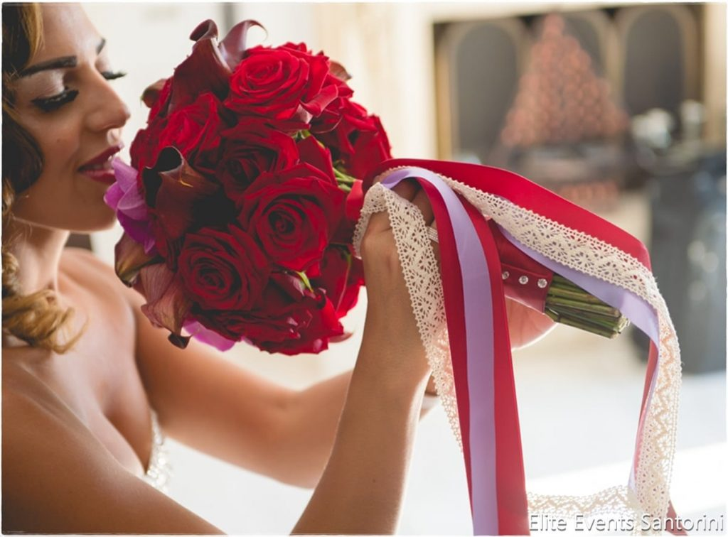 νύφη με κόκκινη ανθοδέσμη