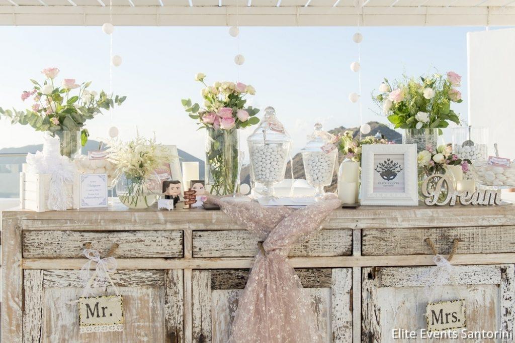ροζ τραπέζι ευχών γάμου με τριαντάφυλλα