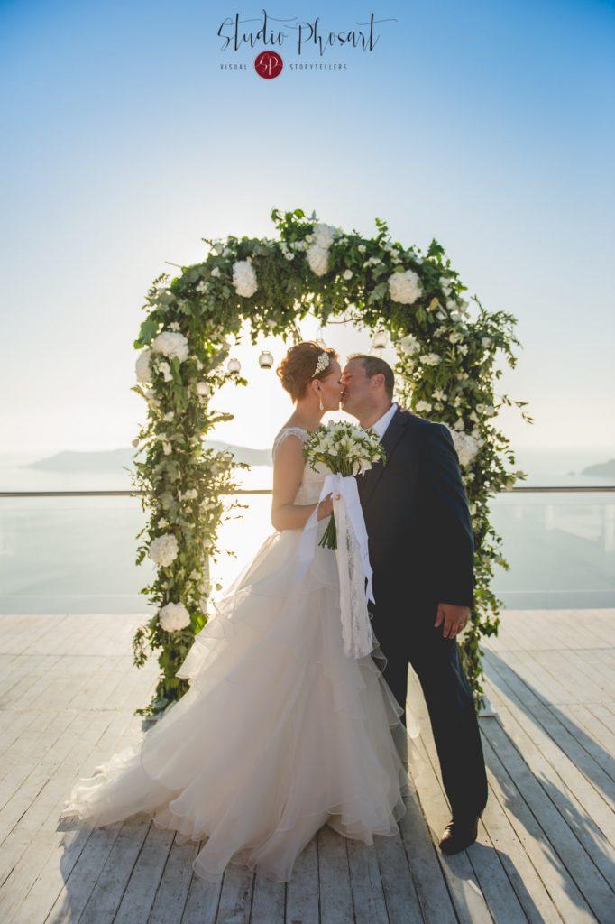 αψίδα γάμου με λευκά τριαντάφυλλα