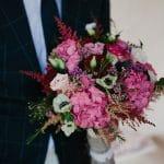 Εντυπωσιακή πολύχρωμη νυφική ανθοδέσμη με ανεμώνες και ροζ ορτανσίες