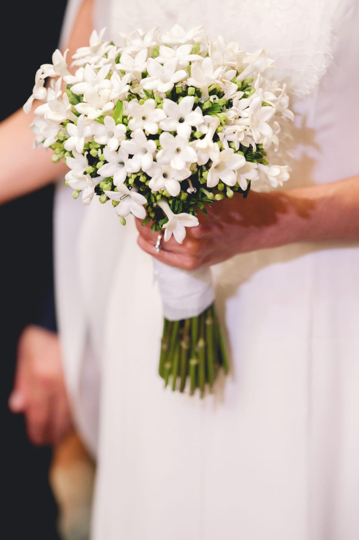81b0944c8c30 νυφική ανθοδέσμη με λευκά λουλούδια