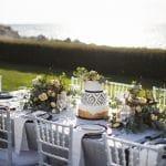 Λευκή τούρτα γάμου με χάλκινες λεπτομέρειες