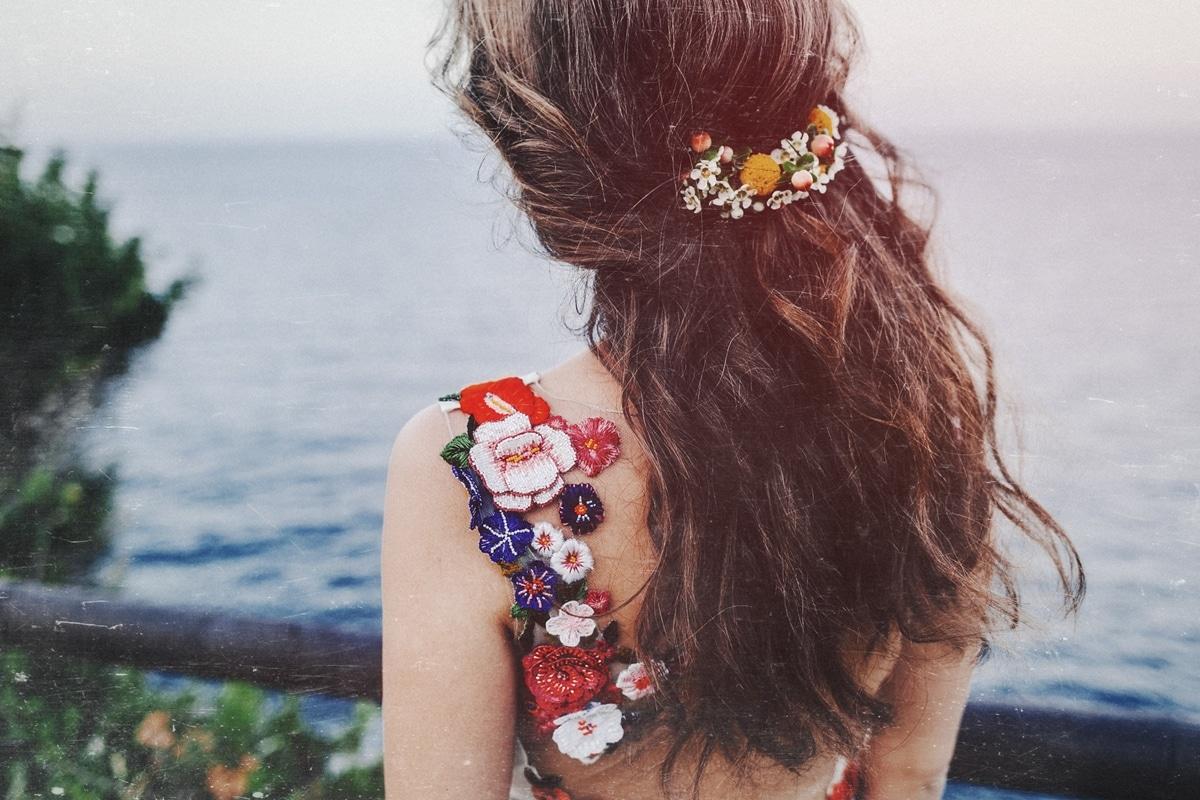 νυφικό χτένισμα με λουλούδια