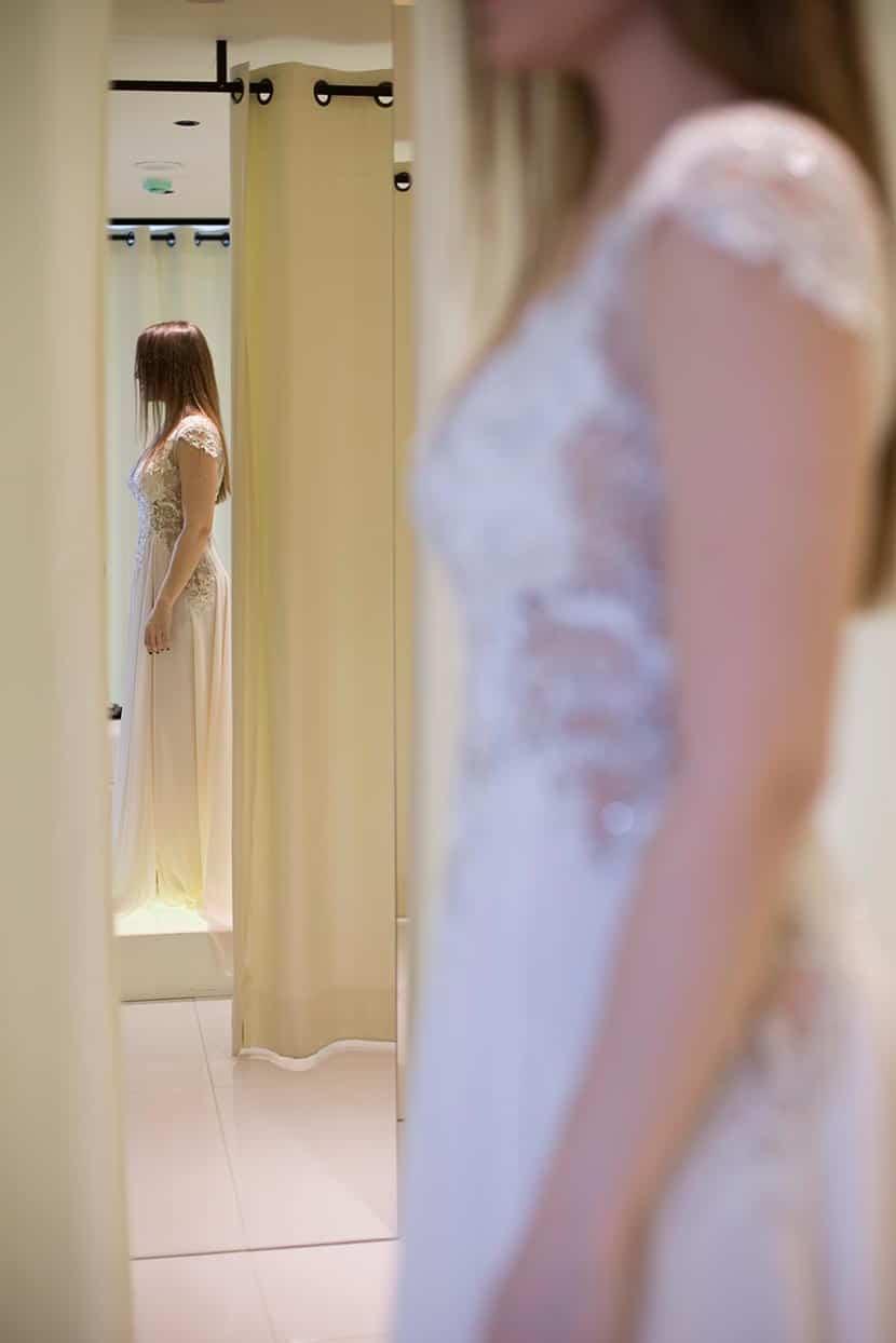 κοντό νυφικό με διαφάνειες και αέρινη φούστα με κοψίματα