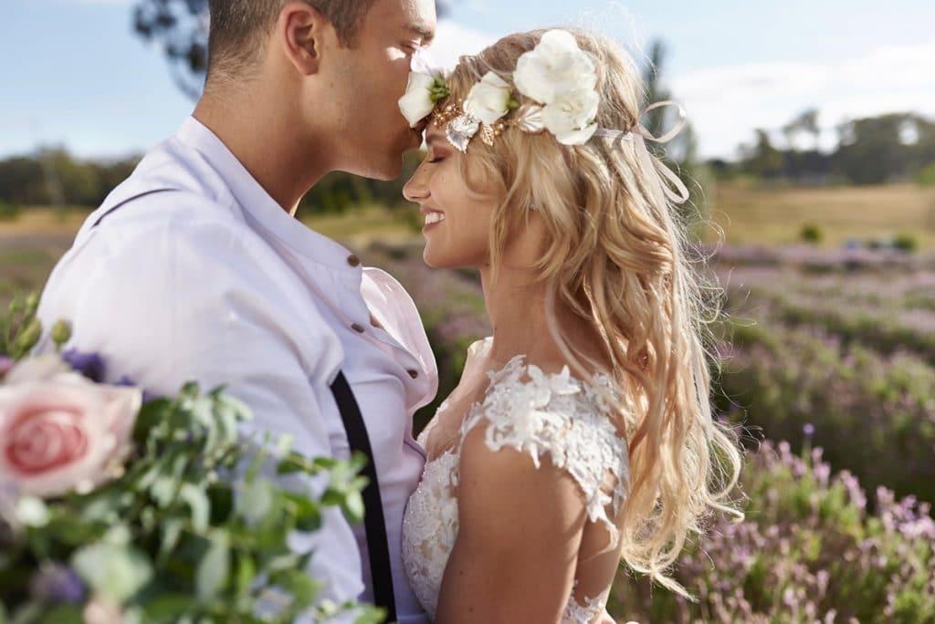 Boho νύφη με λουλούδια στα μαλλιά
