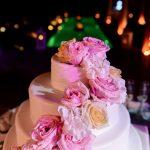 Λευκή τούρτα με φρέσκα λουλούδια