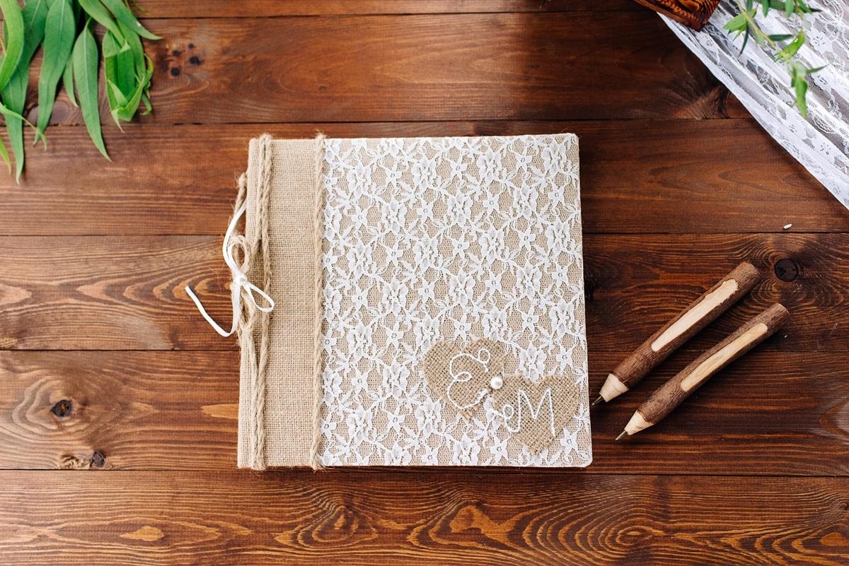 Ιδέες για βιβλίο ευχών με τα μονογράμματα του ζευγαριού