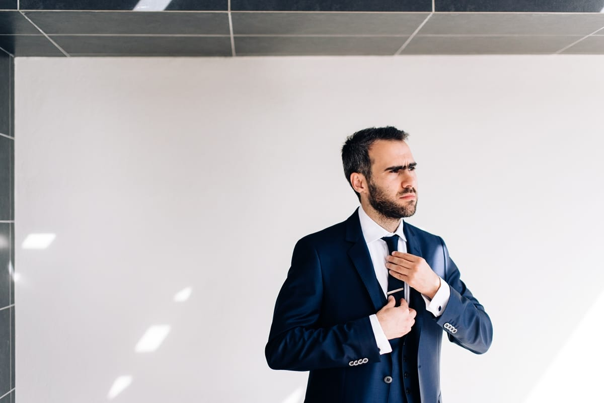 Σκούρο μπλε κοστούμι γαμπρού με σκούρα μπλε γραβάτα