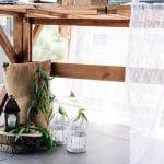 Rustic διακόσμηση γάμου με λινάτσα και πρασινάδα