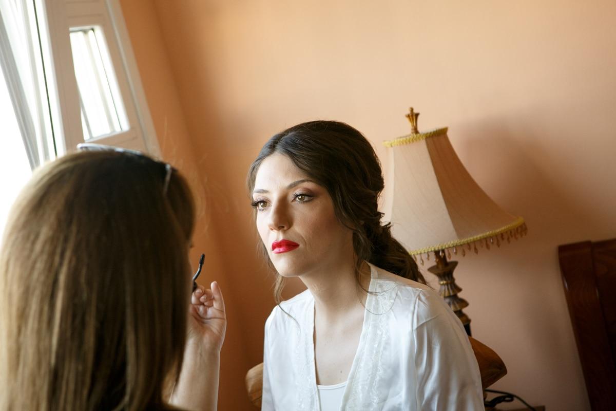 Ιδέες για νυφικό μακιγιάζ με κόκκινα χείλη
