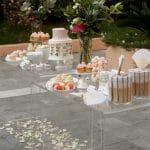 Εντυπωσιακό τραπέζι με γλυκά γάμου