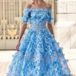 Off Shoulders γαλάζιο midi φόρεμα με 3D κεντήματα για την κουμπάρα Christos Costarellos