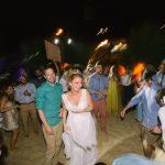 Πάρτυ γάμου σε παραλία σε νησί