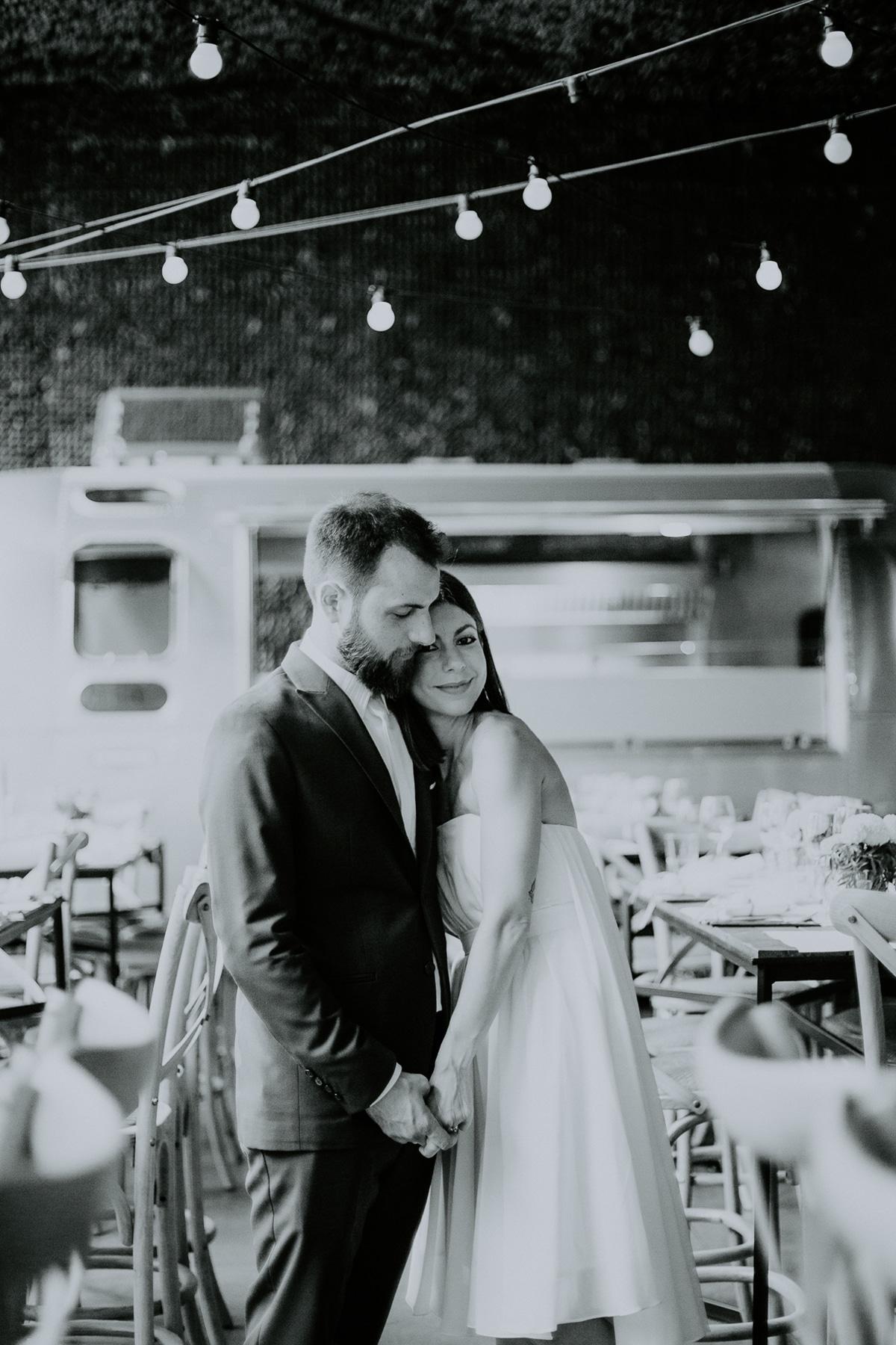 Ασπρόμαυρο πορτραίτο νύφης και γαμπρού