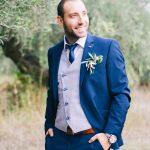 Ιδέες για μπλε κοστούμι γαμπρού με γιλέκο και γραβάτα