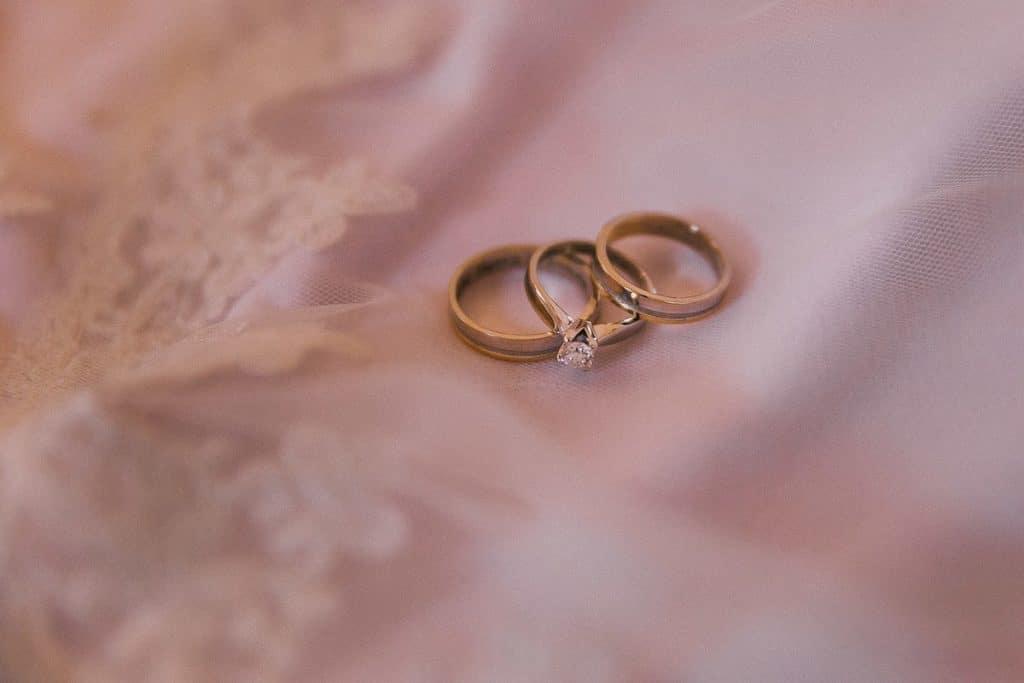 Χρυσές βέρες γάμου και μονόπετρο