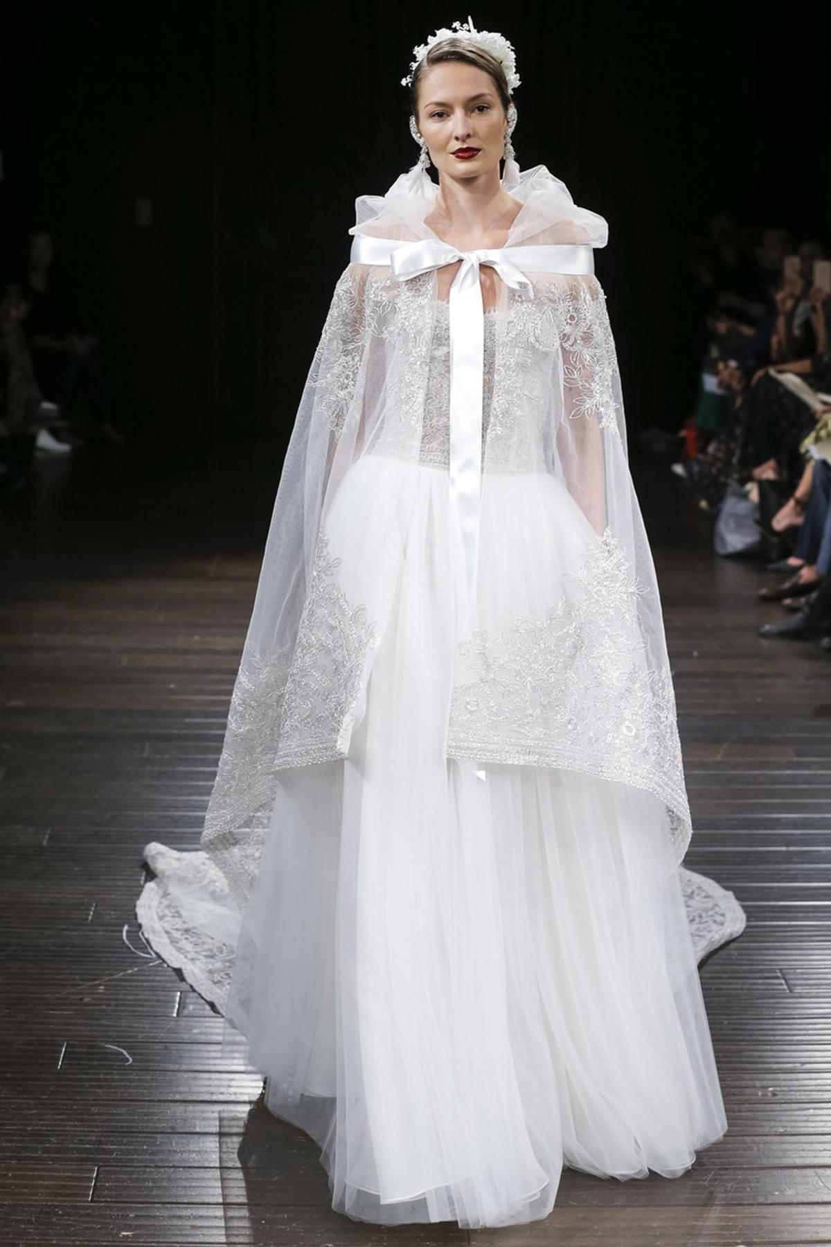 8aa114182e08 Ball gown νυφικό με διάφανη κάπα με φιόγκο Naeem Khan