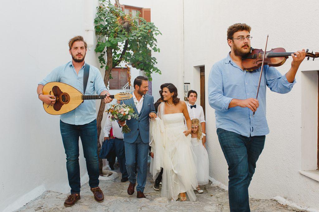 Άφιξη νύφης στο γάμο σε νησί με βιολί και λαούτο Labrini Sotiriou