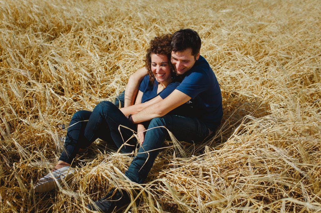 Pre wedding engagement φωτογράφιση σε λιβάδι με στάχυα ini Sotiriou