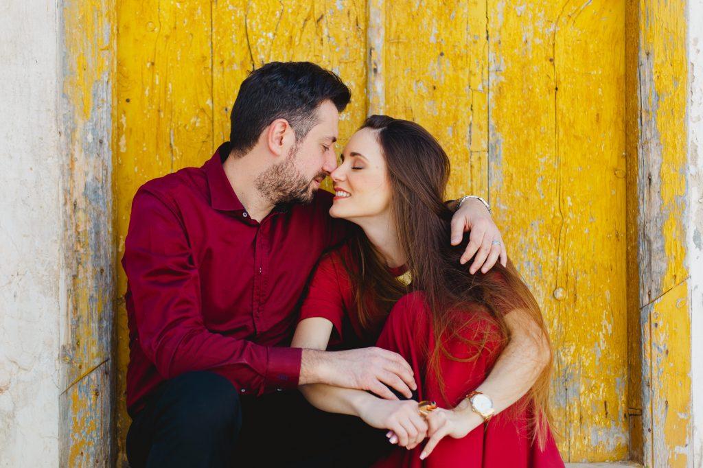 Pre wedding engagement φωτογράφιση με κόκκινο φόρεμα Labrini Sotiriou