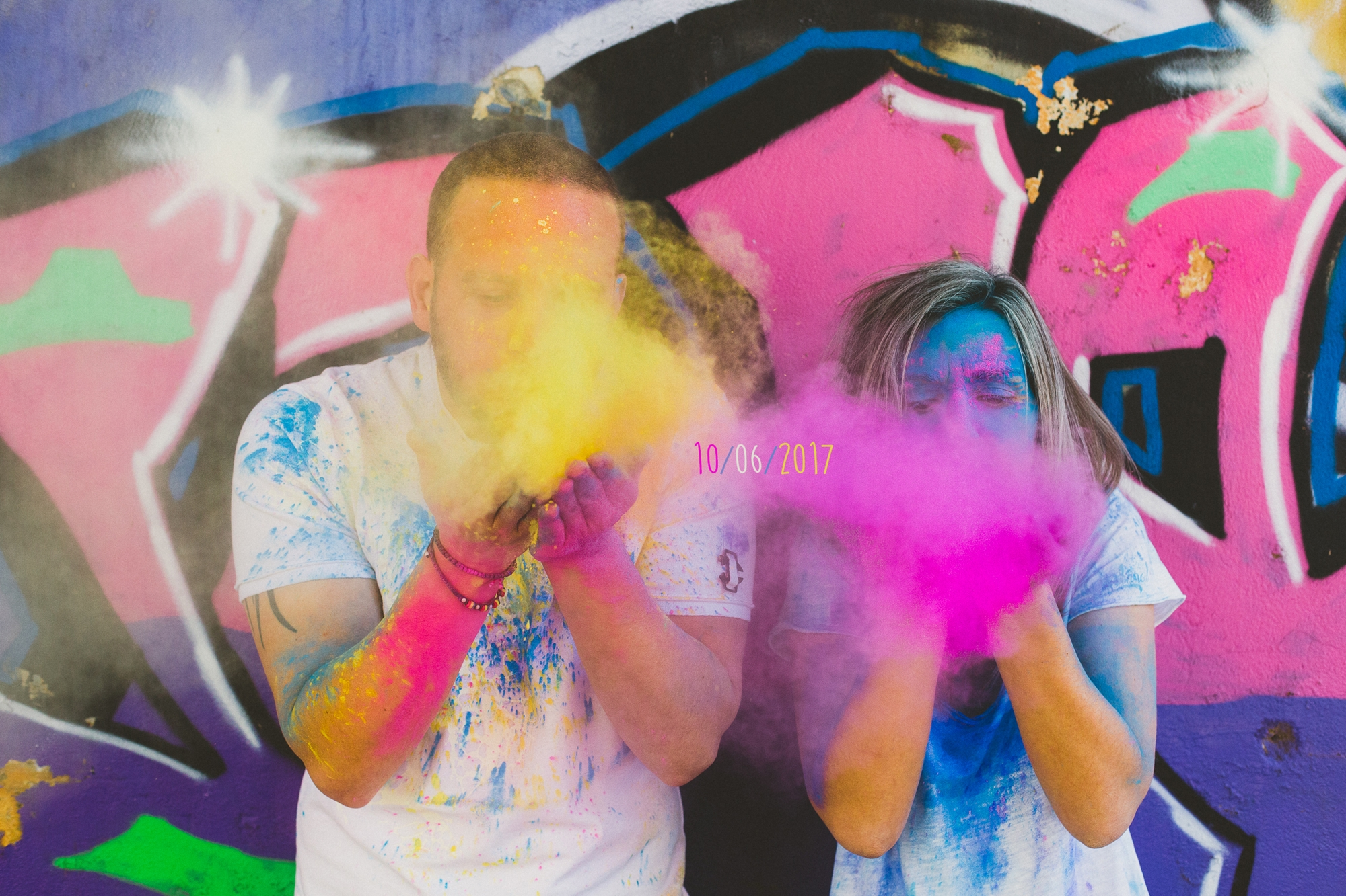 Pre wedding engagement φωτογράφιση με χρώματα και μπογιές Labrini Sotiriou