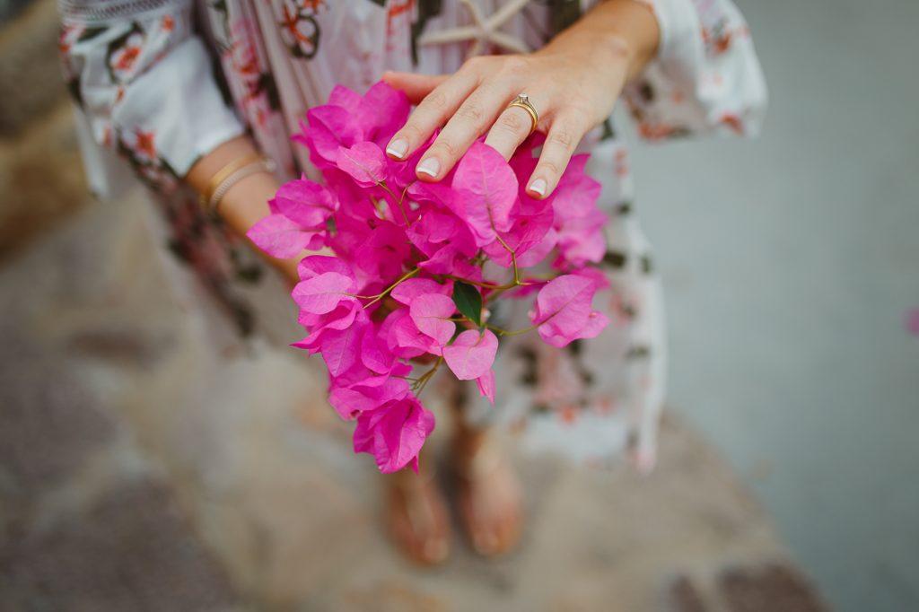 Pre wedding engagement φωτογράφιση σε νησί με μπουκαμβίλιες Labrini Sotiriou